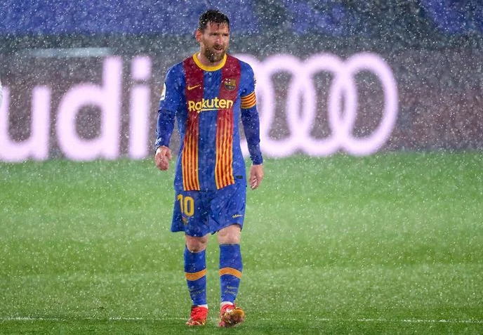 Lionel Messi seen shivering during the Saturday game between Barcelona and Real Madrid